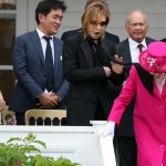 YOSHIKIさん、スカーフでエリザベス女王を攻撃⚡⚡⚡w